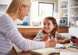 Pisanje zadaća i učenje s djecom sve je veći izazov za roditelje