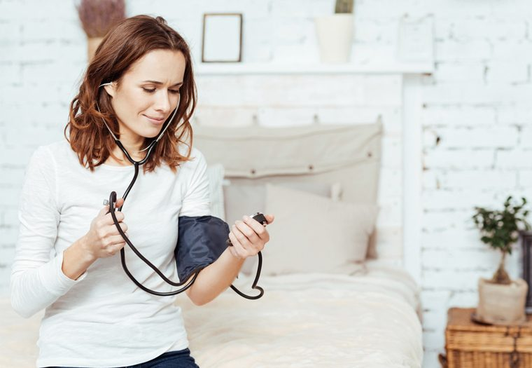 niski tlak, nizak tlak, hipotenzija, uzroci, terapija, simptomi niskog tlaka