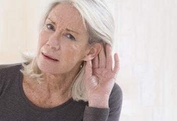 Staračka nagluhost: Savjeti za lakšu komunikaciju pri oštećenju sluha