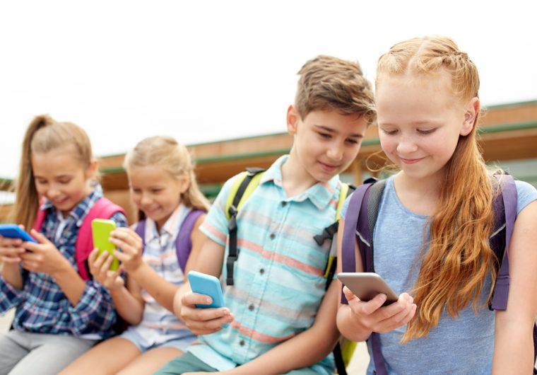 pisanje na internetu u digitalno doba i djeca koja su na mobitelu