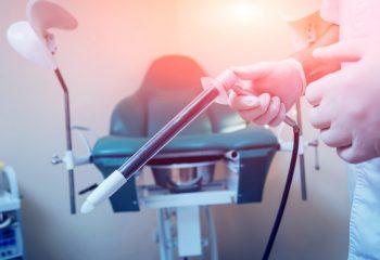 proktološki pregled gdje liječnik drži anoskop u ruci