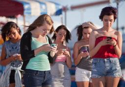 hodanje i gledanje u mobitel smartphone pametni telefon rizici opasnost