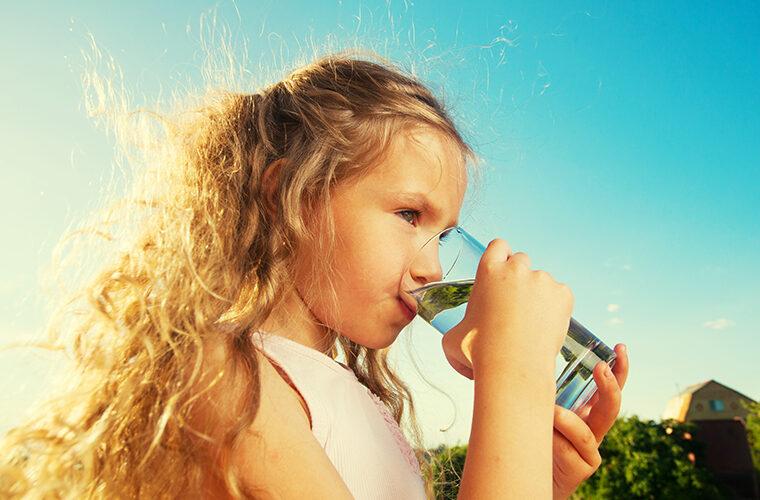 pije li dijete dovoljno tekucine koliko tekucine treba piti beba voda dojilje dojenje