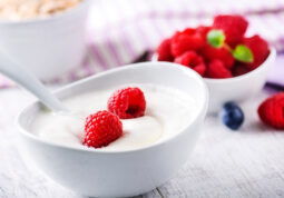 zdravi-ljetni-snack-meduobrok-100-kalorija-grcki-jogurt-maline-lubenica